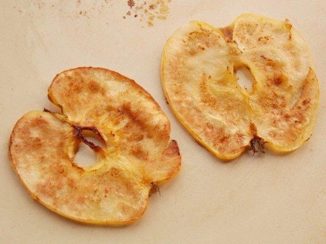 Обжарим яблочные чипсы с двух сторон