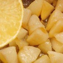 В тушёные яблоки добавляем сок лимона
