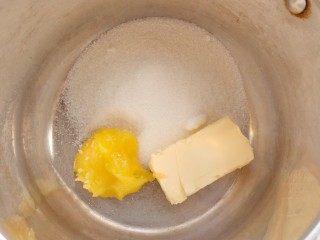 На водяную баню поставьте емкость с мёдом, сливочным маслом и сахаром