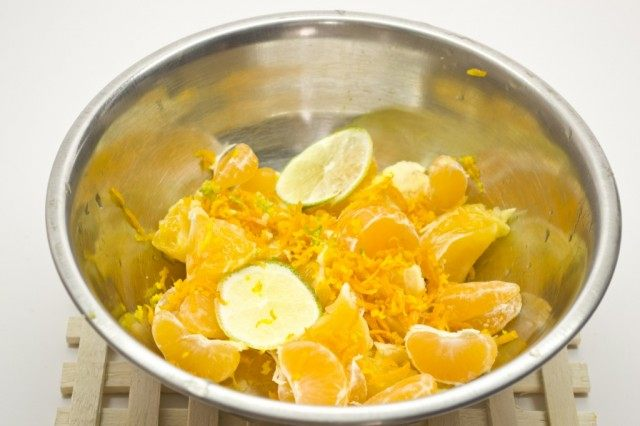 Очистим фрукты, натрём цедру и поставим тушиться