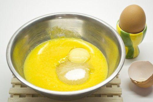 В пюре добавляем сахар и желток. Смешиваем