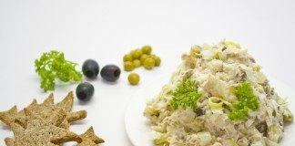 Рыбный салат с сельдереем и галетами из ржаной муки