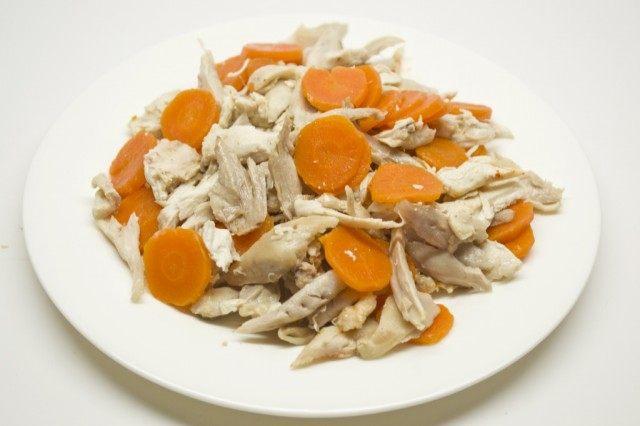 Отваренное мясо курицы разбираем, морковь нарежем кружочками