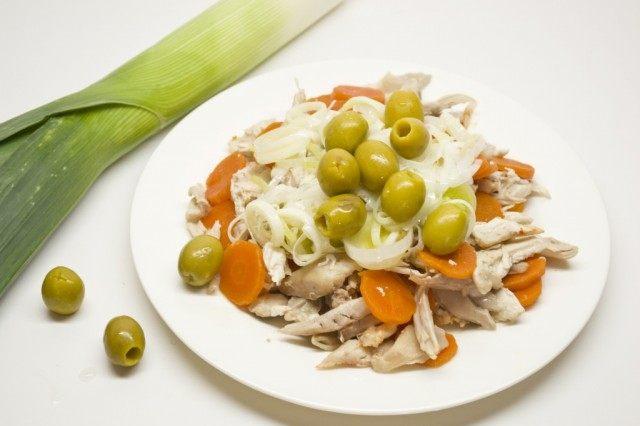 Добавляем к курице с морковью обжаренный лук-порей и зеленые оливки