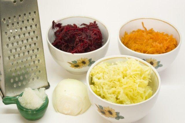 Натрём овощи для приготовления рулета