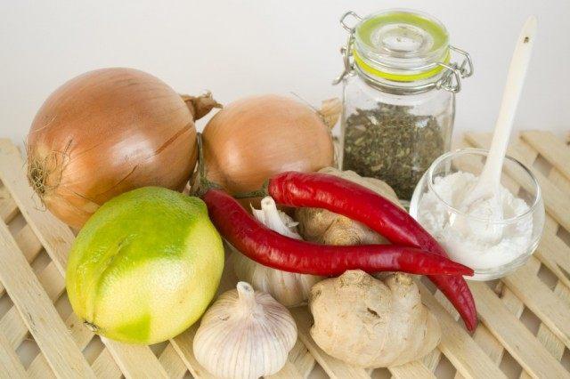 Ингредиенты для тайского соуса чили с луком и имбирём