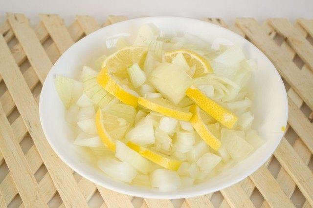 Нарезаем лук, лимон или лайм
