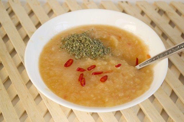 Добавляем сушеный базилик, свежий перец чили, сахар, и соль