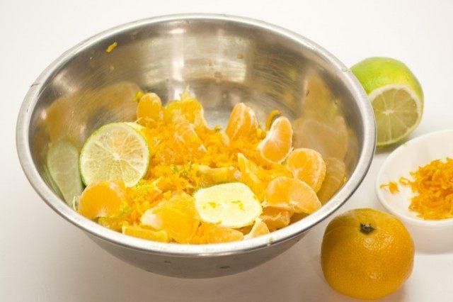 Для апельсиноваго курда цитрусы порежем и потушим