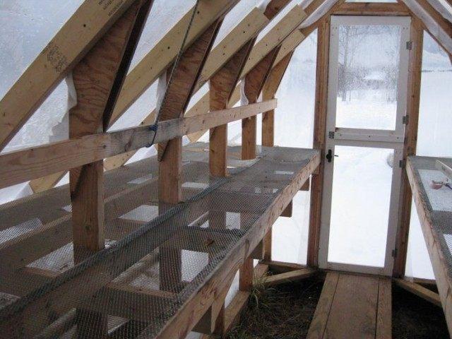 Стеллаж в теплице для зимнего выращивания зелени