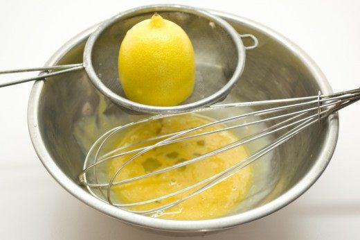 Смешиваем яичные желтки, добавляем лимонный сок
