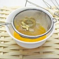 Вливаем 2 столовые ложки лимонного сока