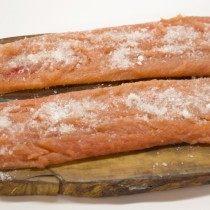 Филе красной рыбы просолим и уберём в холодильник на сутки