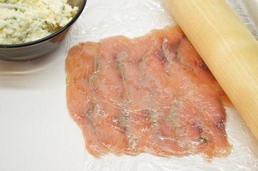 На плёнку выкладываем тонко нарезанную рыбу