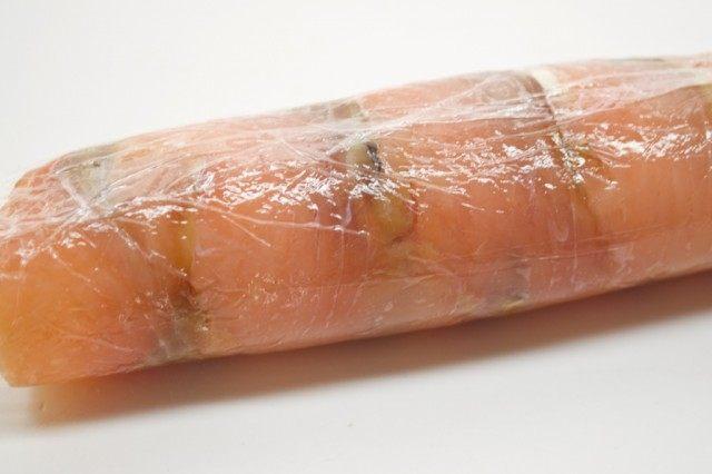Сворачиваем рыбу с сырной начинкой в плотный рулет