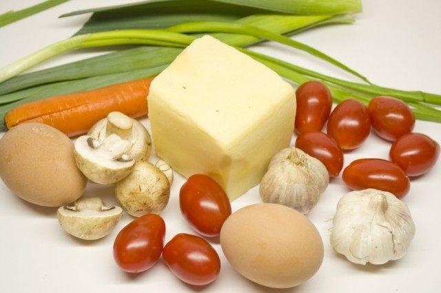 Ингредиенты для приготовления салата с запеченным чесноком.