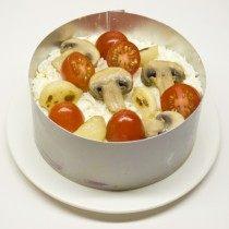 Укладываем третий слой: помидоры, грибы, запечённый чеснок