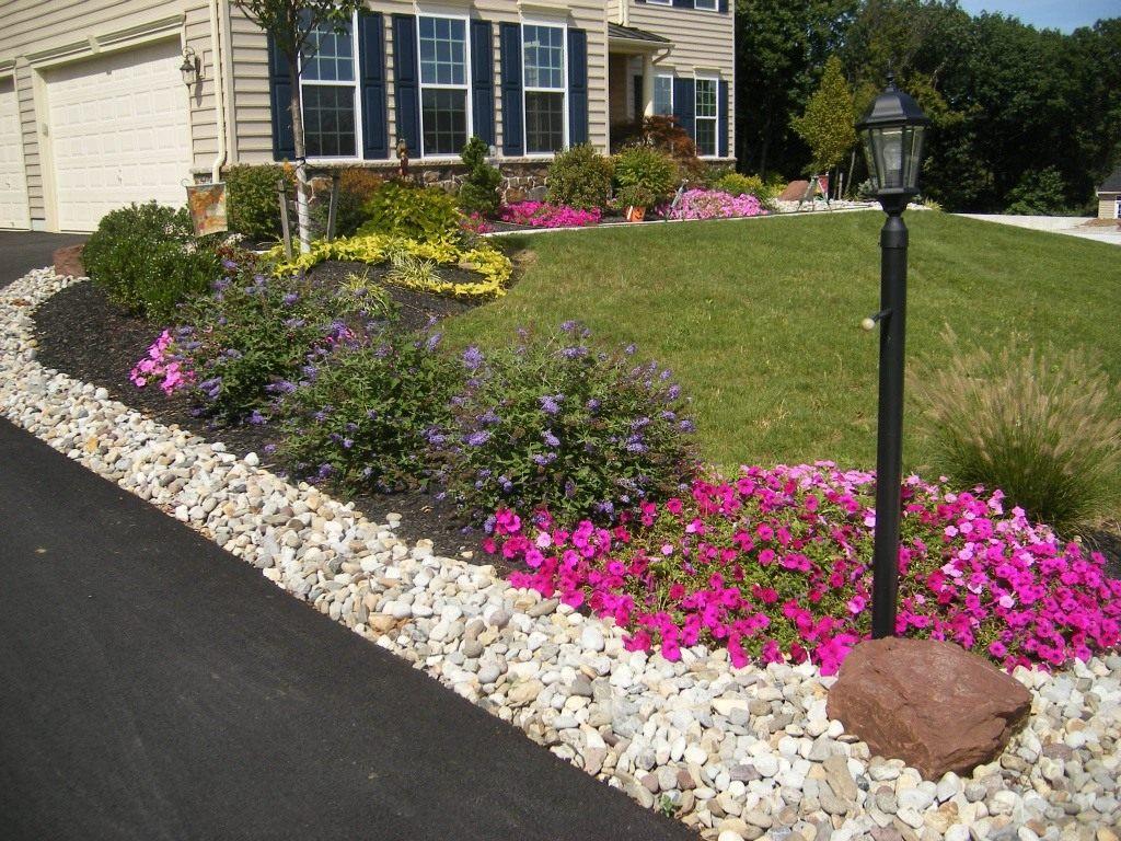 Цветы вдоль дорожки к дому