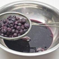Откидываем ягоду на сито. Полученный сок оставляем