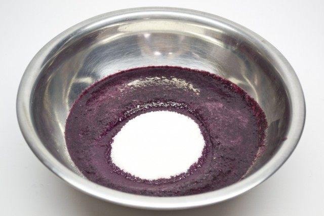Протёртые через сито ягоды голубики соединяем с сахаром и подогреваем