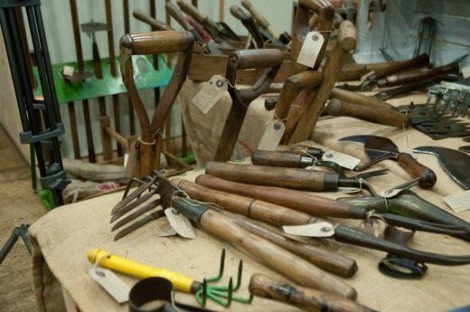 Проведите инвентаризацию инструмента и одежды для работы в саду