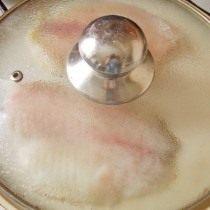 Обжариваем рыбу прикрыв сковороду крышкой