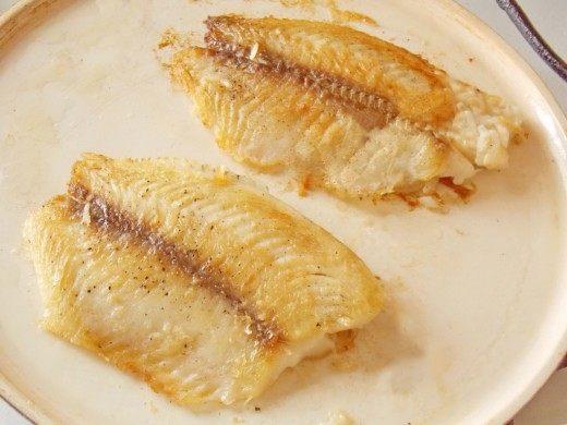 Обжариваем филе рыбы с другой стороны еще 3-4 минуты