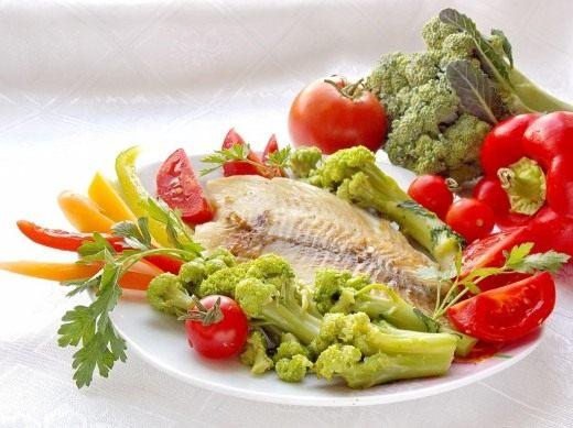 Жареное филе морского окуня с овощами