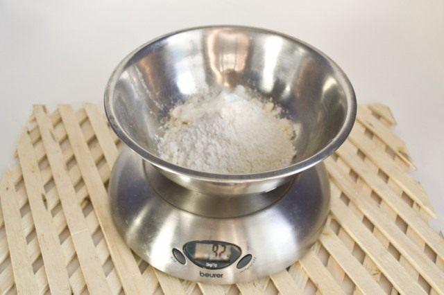 Добавляем к взбитой массе пшеничную муку с содой или разрыхлителем