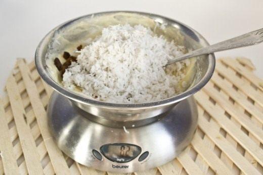 Добавляем в тесто кокос и изюм, снова аккуратно перемешиваем