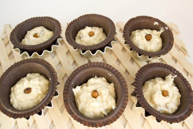 Тесто для кексов выкладываем в бумажные корзиночки для выпечки