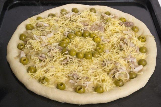 Выкладываем нарезанные оливки