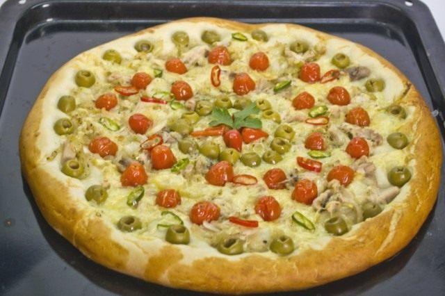 Выпекаем пиццу в духовке при 240ºC в течение 12-15 минут