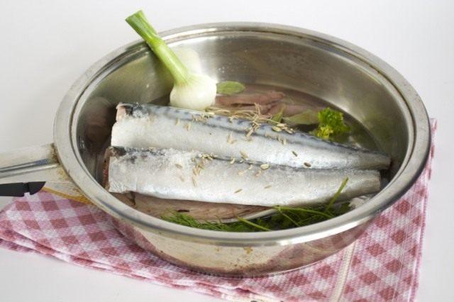Очищаем рыбу и тушим с овощами