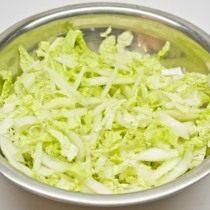 Нарезаем китайскую капусту тонкой соломкой. Заправляем лимонным соком