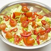 Нарезаем помидоры черри, стручок перца чили
