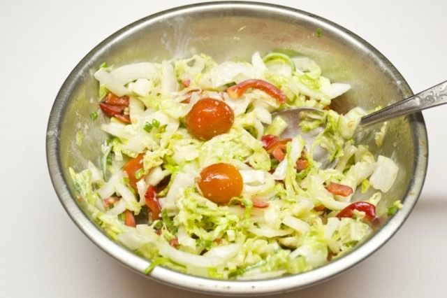 Заправляем салат и перемешиваем