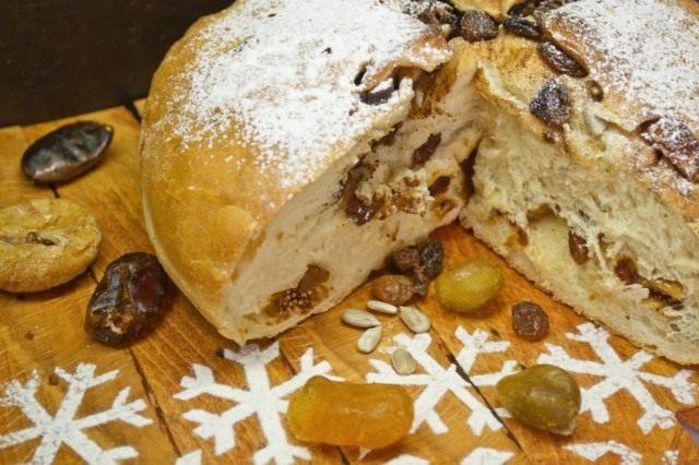 Сладкий хлеб на Рождество с кумкватом и инжиром