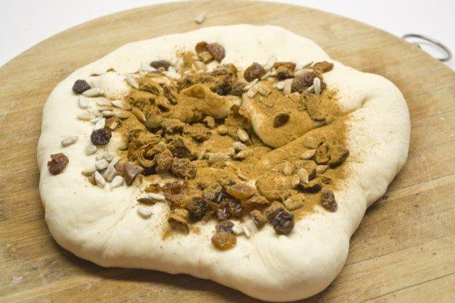 Свернём тесто, раскатаем и добавим оставшиеся сухофрукты и семена