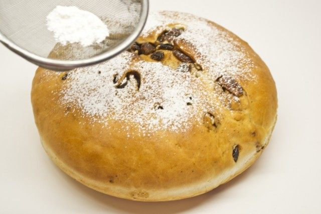 Готовый рождественский сладкий хлеб оставляем остывать на решетке