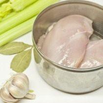 Отвариваем куриный бульон с овощами