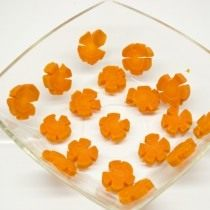 Морковь нарезаем и выкладываем в форму для заливного