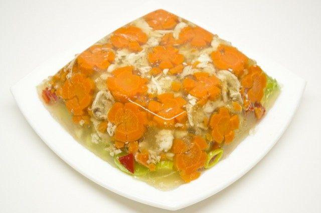 Переворачиваем на тарелку – заливное легко отделится от стенок