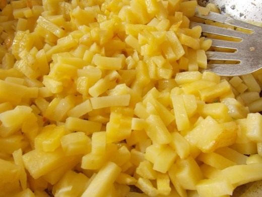 Выкладываем картофель в разогретое масло