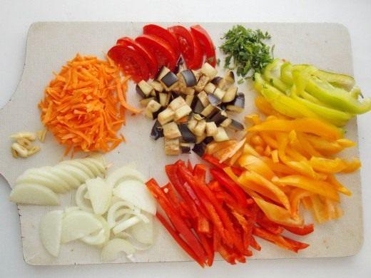 Пока жарится картошка, нарезаем овощи