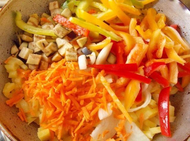Выкладываем нарезанные овощи к наполовину готовой картошке и перемешиваем