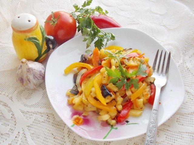 Жареная картошка ассорти с овощами