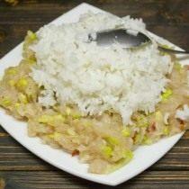 Добавляем в куриный фарш отваренный рис, листья карри, хлопья паприки и молотый чёрный перец