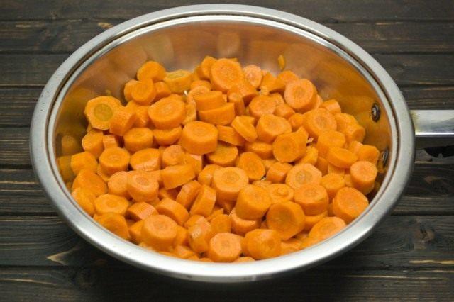 Сладкую морковку очищаем, нарезаем толстыми кружочками