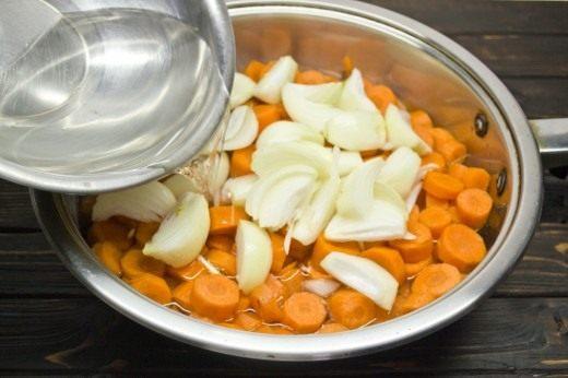 Заливаем подготовленные овощи солёной горячей водой
